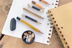 Benutzte Bleistifte und Papier Stockbild