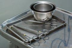 Benutzte chirurgische Instrumente auf einem rostfreien Behälter stockfotos
