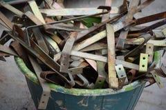 Benutzte Dachhaken im Eimer Stockbilder