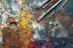 Benutzte die Künstler ` s Palette, Bürsten, Nahaufnahme stockbilder