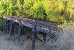 Benutzte Eisenbahnbrücke stockbild