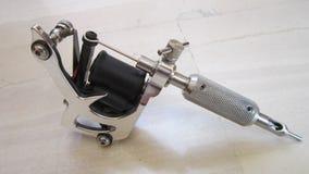 Benutzte, handgemachte Tätowierungmaschine getrennt auf Weiß Lizenzfreies Stockfoto