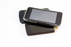Benutzte Handys auf weißem Hintergrund Lizenzfreies Stockbild