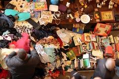 Benutzte Kleidung und Bücher beim Mercat Dell Encants in Barcelona stockfoto