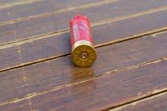 Benutzte Patronenhülsen von einem Gewehr mit 12 Messgeräten Stockfotos