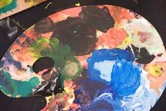 Benutzte Pinsel mit Aquarell stellten alte Farbendosen und -farben ein Lizenzfreie Stockfotos