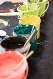 Benutzte Pinsel mit Aquarell stellten alte Farbendosen und -farben ein Lizenzfreies Stockbild