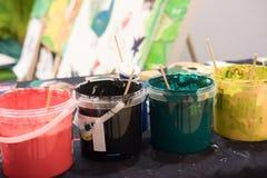 Benutzte Pinsel mit Aquarell stellten alte Farbendosen und -farben ein Stockfotos