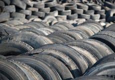 Benutzte Reifen in einem Wiederverwertungsyard Stockbild