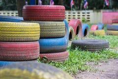Benutzte Reifen im Spielplatz Stockfotos