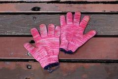 Benutzte rote Handschuhe Stockfoto