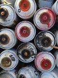 Benutzte Sprühfarbedosen stockbilder