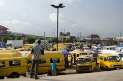 Benutzte Taxifahrzeuge für Verkauf am Markt in Oshodi Stockbilder
