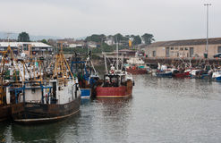 Benutzte und getragene Schleppnetzfischer des Brunnens machten im beschäftigten Fischereihafen von Kilkeel in der Grafschaft Dow  stockfotos