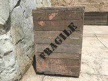 Benutzte zerbrechliche hölzerne Kiste aus den Grund Stockfotos