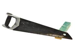 Benutzter Handsaw mit Holz auf weißem Hintergrund stockfotografie