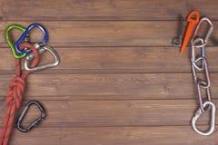 Benutzter kletternder Gang auf hölzernem Hintergrund Werbung Handelskammer Das Konzept des extremen Sports Lizenzfreie Stockfotos