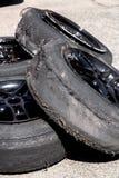Benutzter Reifen nach Antrieb lizenzfreie stockfotos