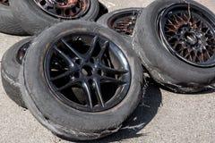 Benutzter Reifen nach Antrieb lizenzfreie stockbilder