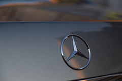 Benutzter S-klasse langer (W221) Stand Autos S350 Mercedes-Benzs auf einem stree Lizenzfreie Stockfotografie