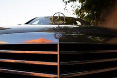 Benutzter S-klasse langer (W221) Stand Autos S350 Mercedes-Benzs auf einem stree Stockbilder