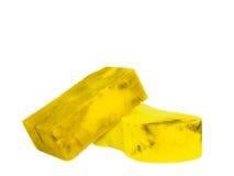 Benutzter schmutziger alter gelber Schwamm für Auto auf weißem Hintergrund Lizenzfreies Stockbild