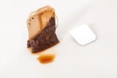 Benutzter Teebeutel über weißem Hintergrund Lizenzfreie Stockbilder