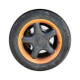 Benutztes Automobilrad mit der orange Diskette lokalisiert auf Weiß stockbilder