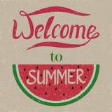 Benvenuto ad estate Le lettere sono scolpite in un'anguria grunge V fotografie stock