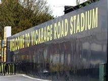Benvenuto al segno dello stadio della strada della casa del vicario, strada di occupazione, Watford immagine stock
