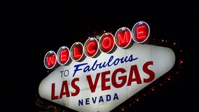 Benvenuto all'attrazione del bordo della strada della striscia del boulevard del segno di Las Vegas stock footage