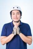 Benvenuto asiatico Sawasdee accogliente del tipo con il casco e il glov della bicicletta Immagini Stock