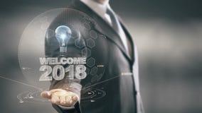 Benvenuto 2018 con il concetto dell'uomo d'affari dell'ologramma della lampadina illustrazione di stock