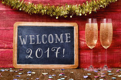 Benvenuto 2017 dei coriandoli, del champagne e del testo Fotografia Stock