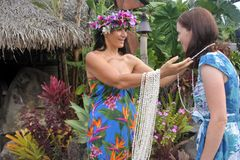 Benvenuto della donna di Islander del cuoco una donna turistica occidentale a Rarotonga fotografia stock