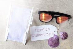 Benvenuto di mezzi di Sunny Flat Lay Summer Label Herzlich Willkommen Fotografia Stock Libera da Diritti