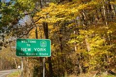 Benvenuto a New York il segnale stradale di confine di stato dell'impero fotografia stock libera da diritti