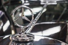 Benz της Mercedes αστέρι στο κλασσικό αυτοκίνητο στοκ φωτογραφία