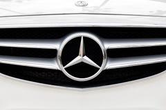 Benz της Mercedes μπροστινά σχάρα και λογότυπο στοκ εικόνα με δικαίωμα ελεύθερης χρήσης