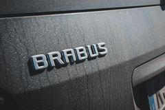 Benz της Mercedes Brabus ο Μαύρος στο χώρο στάθμευσης στοκ φωτογραφία με δικαίωμα ελεύθερης χρήσης