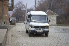 Benz Мерседес минибуса - такси фиксированн-трассы никакое 11 на улице города Стоковое Изображение RF