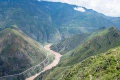 BENZILAN, CHINA - 2 Augustus 2014: De eerste kromming van Jinsha Rive stock afbeeldingen