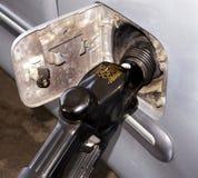 Benzin, das in ein Fahrzeug gepumpt wird Stockfotografie