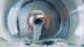 Benzin fließt in Fahrzeugbehälter stock video footage