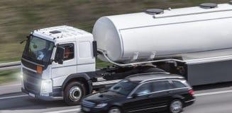 Benzin-LKW auf Landstraße stockfotos