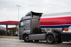 Benzin-LKW nahe einer Tankstelle stockfotos
