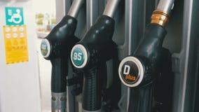 Benzin- oder Tankstellegastanksäuledüse Tankstelle Füllen des Autos mit Kraftstoff stock video