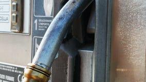 Benzin- oder Tankstellegastanksäuledüse Tankstelle Nahaufnahme der Anwendung von Zapfpistolen an einer Tankstelle stock video footage