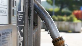 Benzin- oder Tankstellegastanksäuledüse Tankstelle Nahaufnahme der Anwendung von Zapfpistolen an einer Tankstelle stock footage
