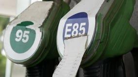Benzin- oder Tankstellegastanksäuledüsenfall stock video